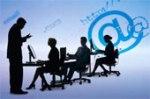 immagine di più persone sedute alla scrivania